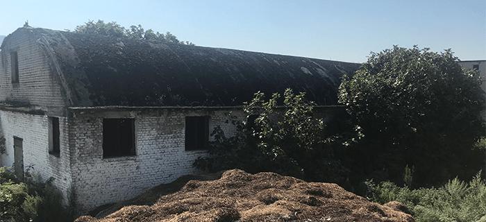 Truall dhe ndërtesë në fshatin Gjorm/Kurbin